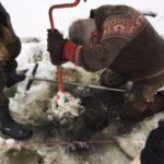 Первый этап работ — изготовление лунки во льду озера