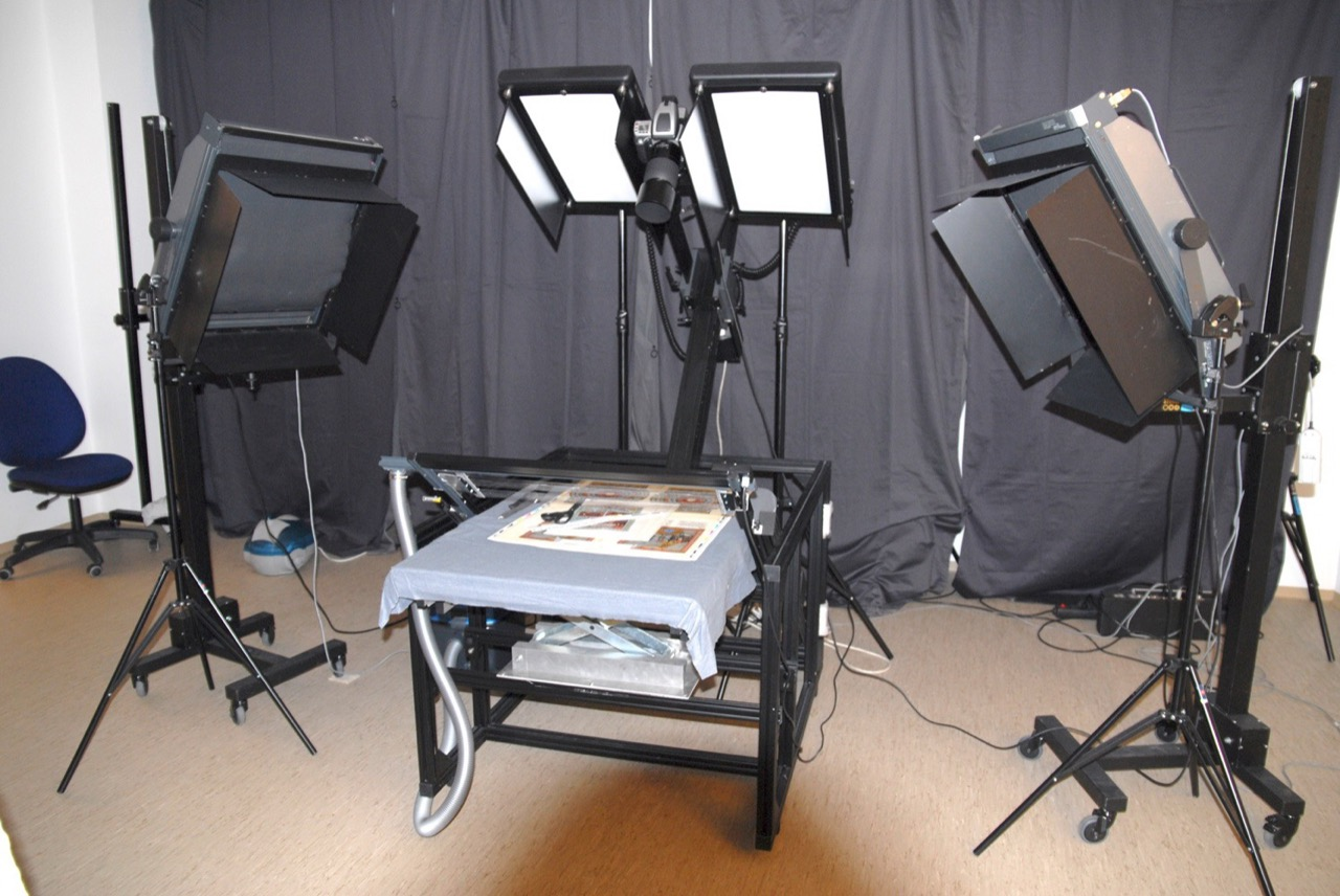Книжный стол