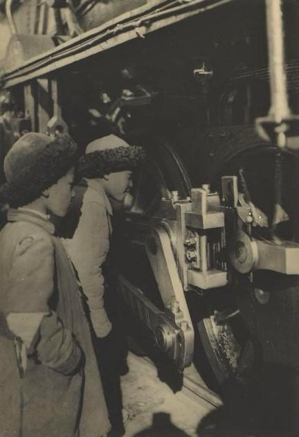 Два мальчика-казаха рассматривают паровоз. Открытие Турксиба (?). Неизвестный фотограф. Советское Фотографическое Издательство Акц. О-во Унион-Фото. 1930 г. (?)
