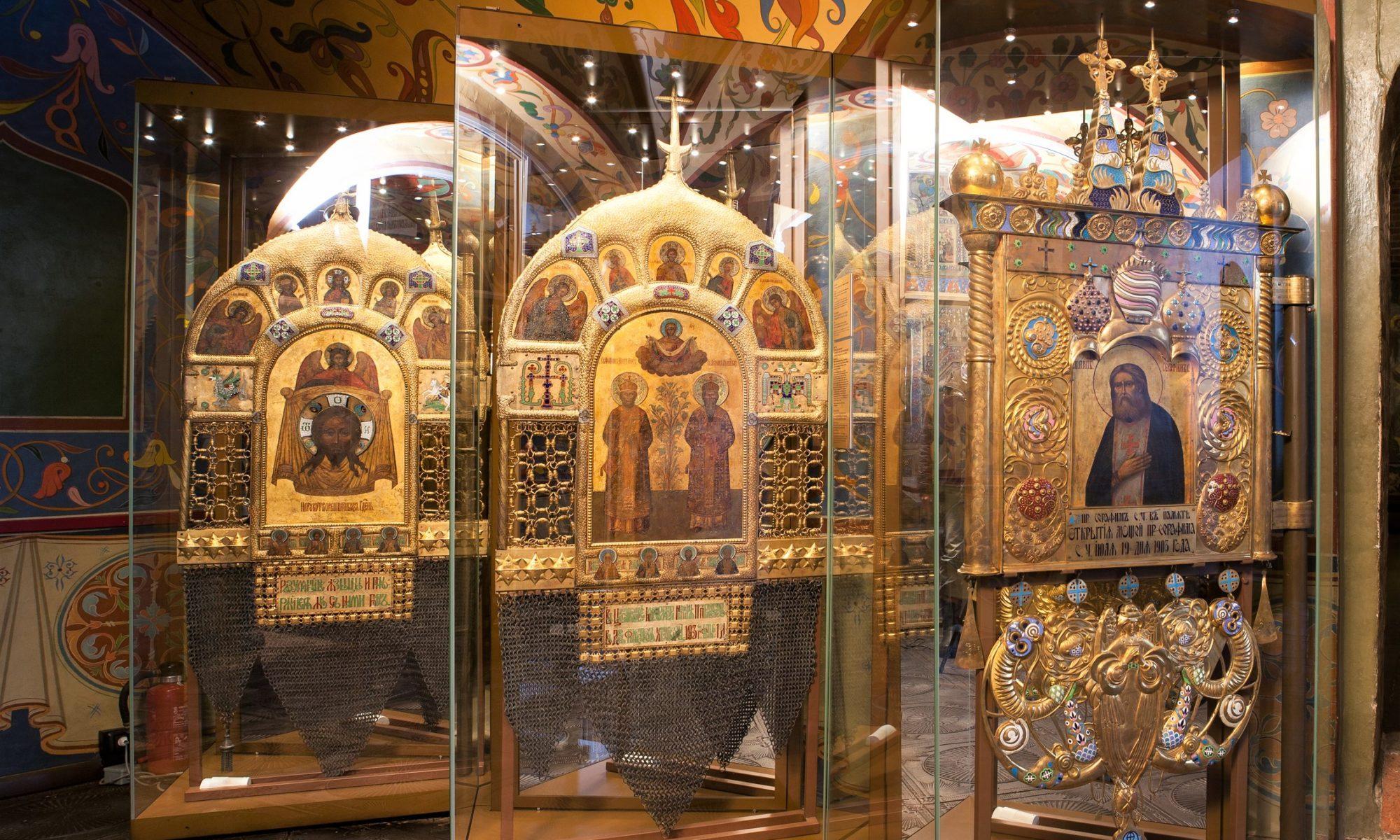 Двусторонние хоругви в экспозиции Покровского собора