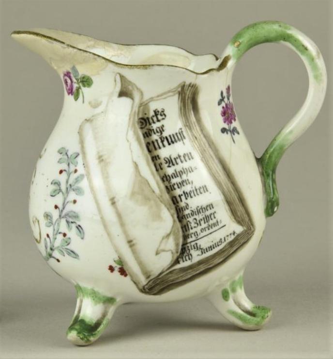 Молочник с монограммой «JFJ». Мейсенская фарфоровая мануфактура, ок. 1774 г. Фарфор, надглазурная роспись, золочение.