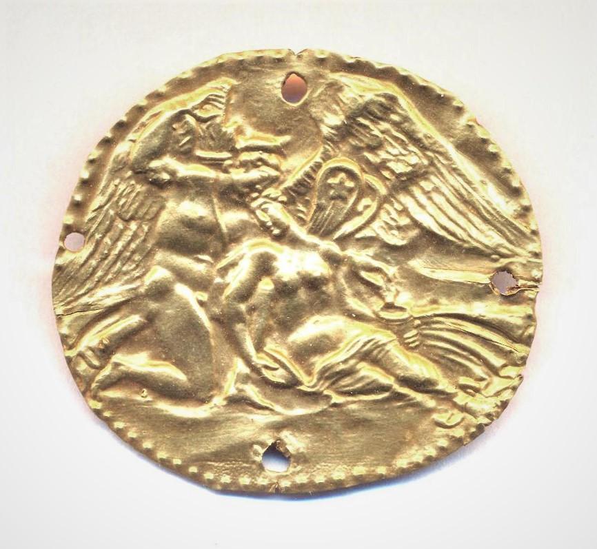 Бляшка нашивная с изображением Эрота и Психеи. Первые века н.э. Керчь (?