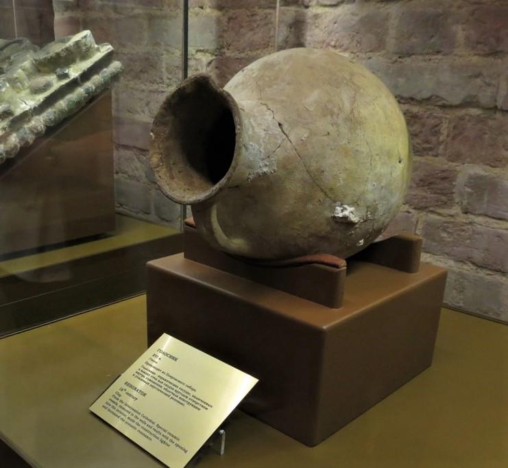 Сосуд-голосник из церкви Трёх Патриархов Константинопольских в экспозиции музея