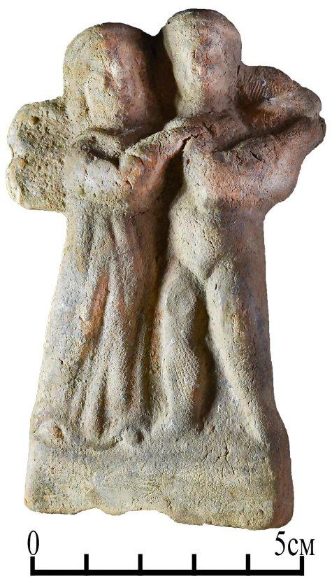 Терракотовая группа - женская задрапированная фигура и обнажёенный юноша (Амур и Психея?). Вторая пол. I – нач. II вв. н.э. (Кепы, некрополь)