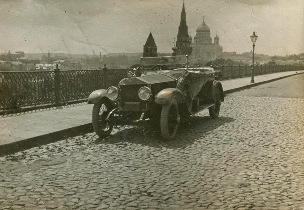 """Автомобиль """"Роллс-Ройс"""" в Кремле. Москва. 1920-е годы."""