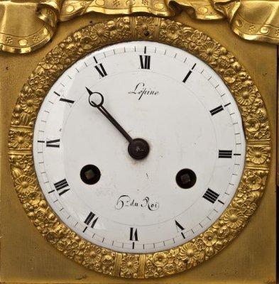 Циферблат каминных часов с именем мастера Лепина