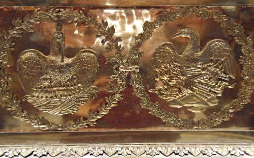 Вид барельефа с изображениями феникса и пеликана
