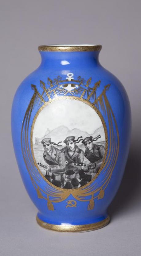 Ваза с изображением матросов с пулеметами в медальоне, окруженном знаменами, с якорем и эмблемой «Серп и молот»