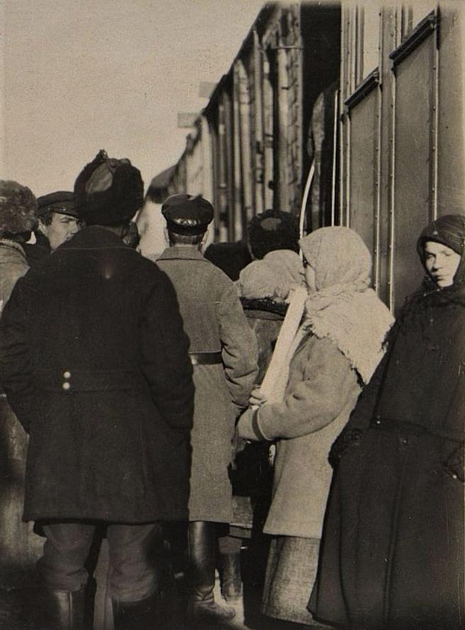 Посетители Агрономического поезда слушают радио. 1925 г.