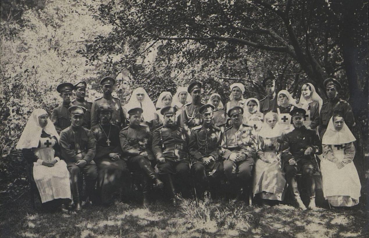 Военные, сёстры милосердия и священник. 1914-1917 гг.