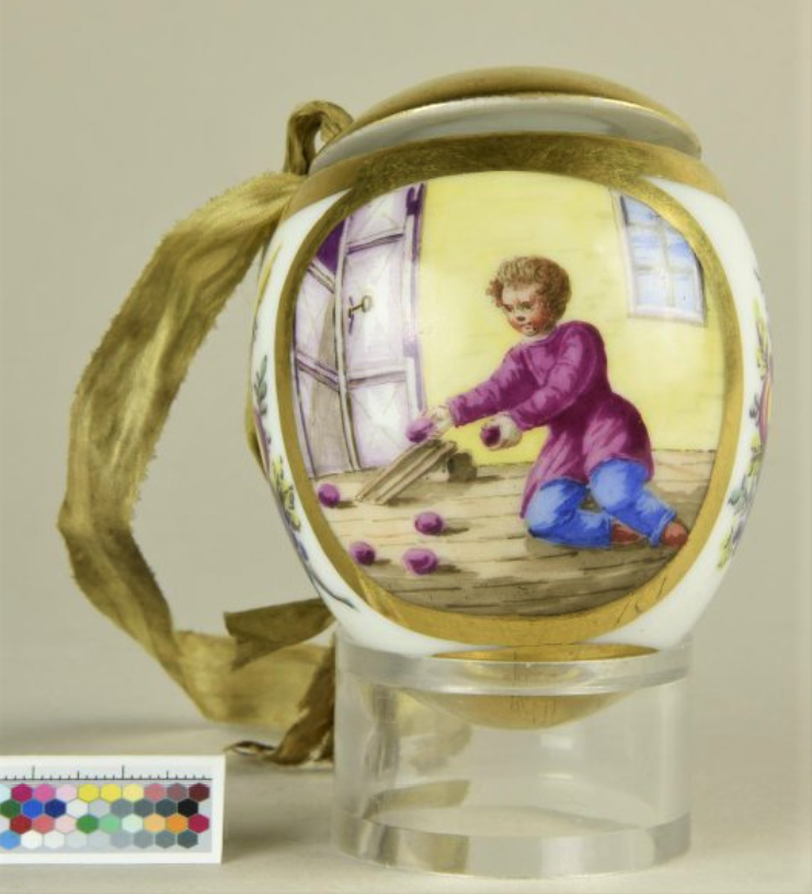 Яйцо пасхальное, раскрывное (с крышкой на шелковой ленте), с изображением мальчика, катающего яйца по желобу Российская империя Частный фарфоровый завод 1820-е годы Фарфор; роспись, золочение