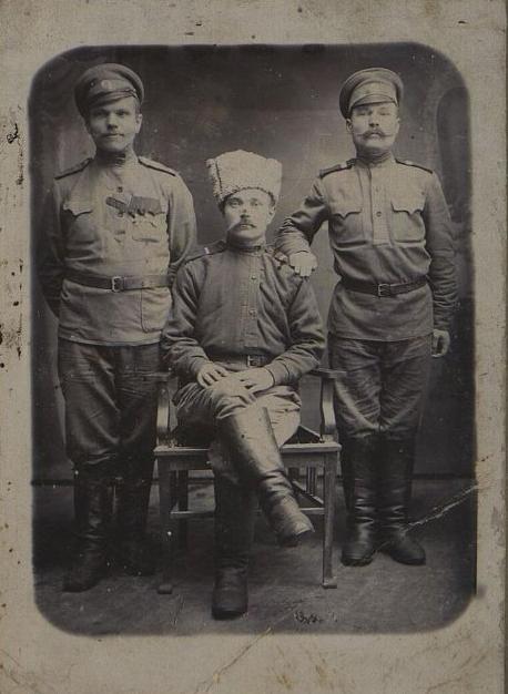 Неизвестный фотограф. Трое неизвестных из нижних чинов российской армии. До 1917 г.
