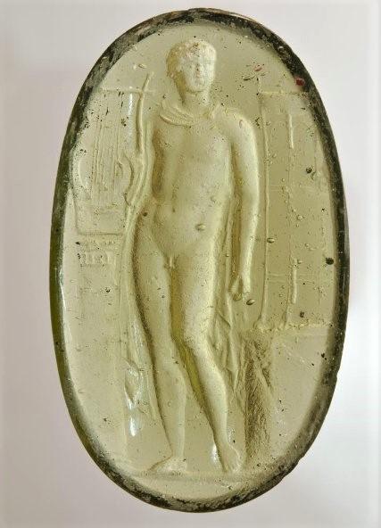 Гемма с изображением: фигура Аполлона в 3/4 влево возле колонны с лирой на ней и жертвенника - чаши на треноге. I в.