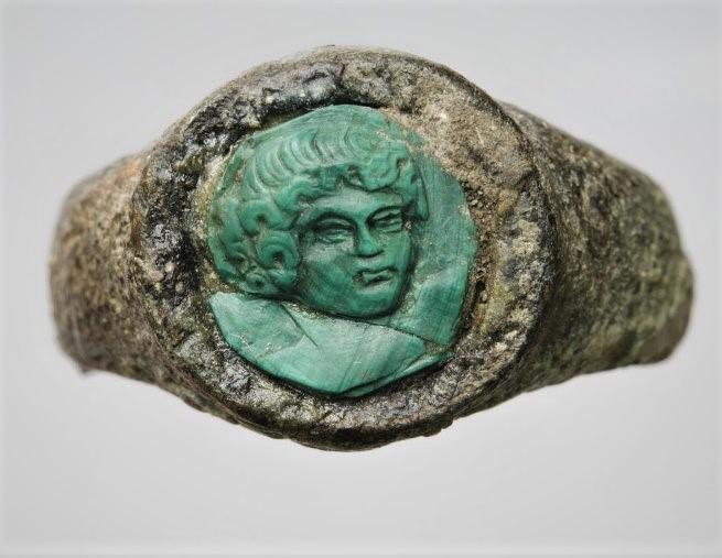 Перстень со вставкой-камеей с изображением: кудрявая голова юноши или ребёнка, слегка развёрнутая вправо. III в. до н.э. - III в. н.э.