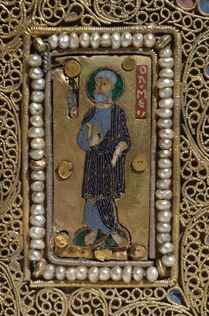Эмалевые накладки оклада Мстиславова Евангелия (ГИМ, Син. 1203), вероятно, принадлежащие первоначальному переплету. Византия, XI в.: а) св. Варфоломей; б) св. Иаков.