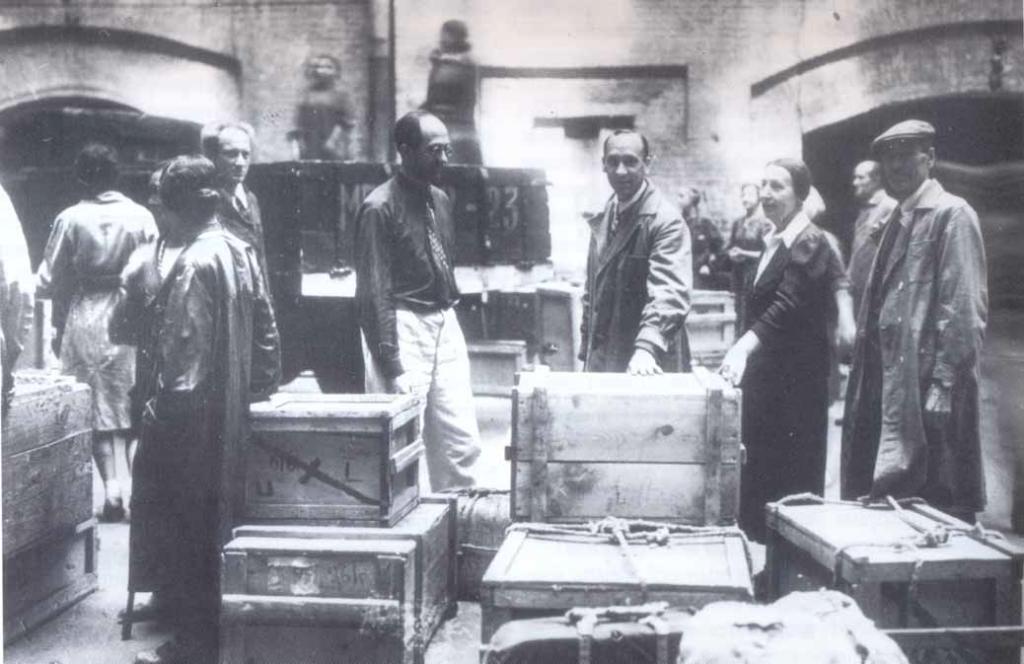 Возвращение из эвакуации. Слева направо: П.Г. Рындзюнский, Н.Л. Рубинштейн, Б.А. Рыбаков; в центре — А.С. Карпова. 1944 г.
