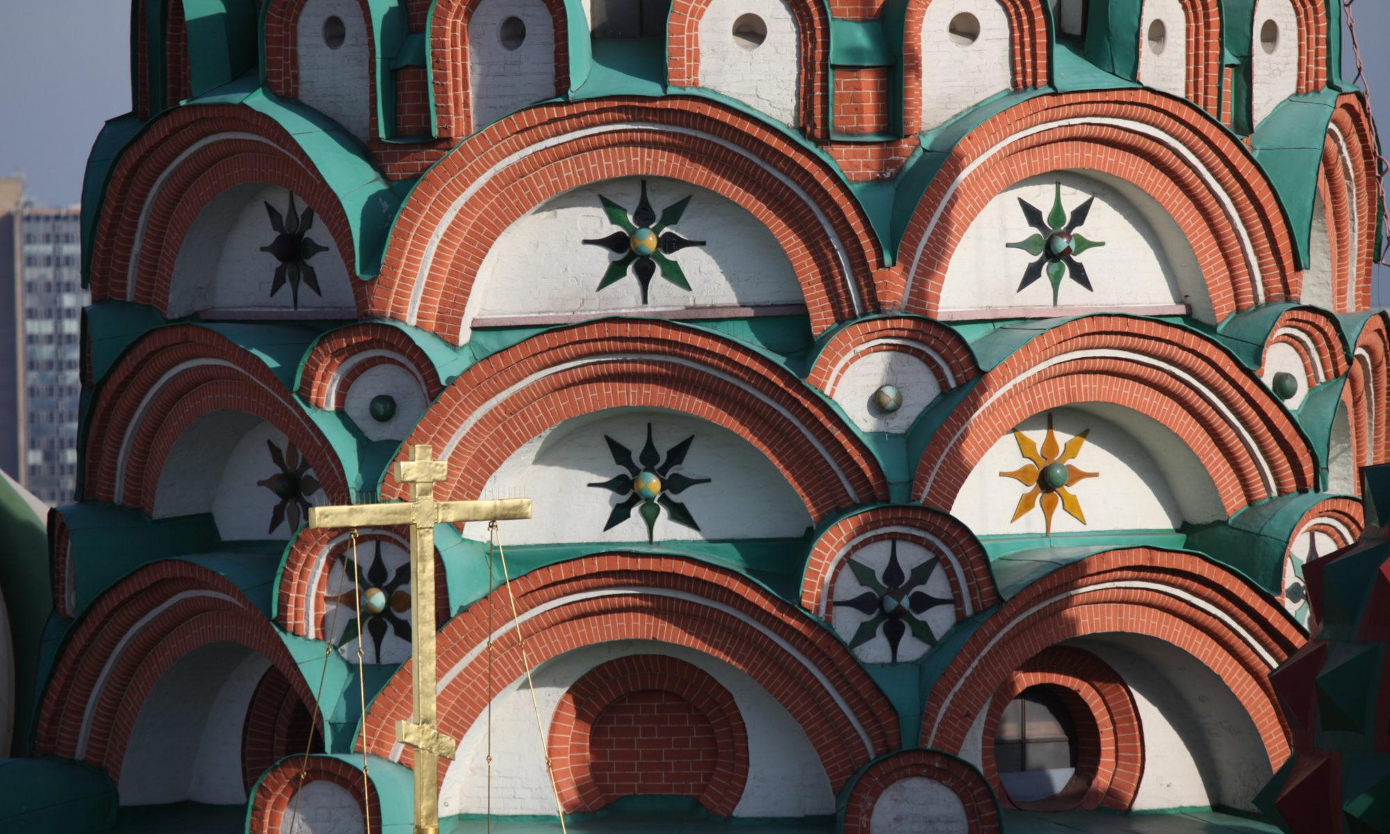 Изразцы в кокошниках восьмерика центральной церкви