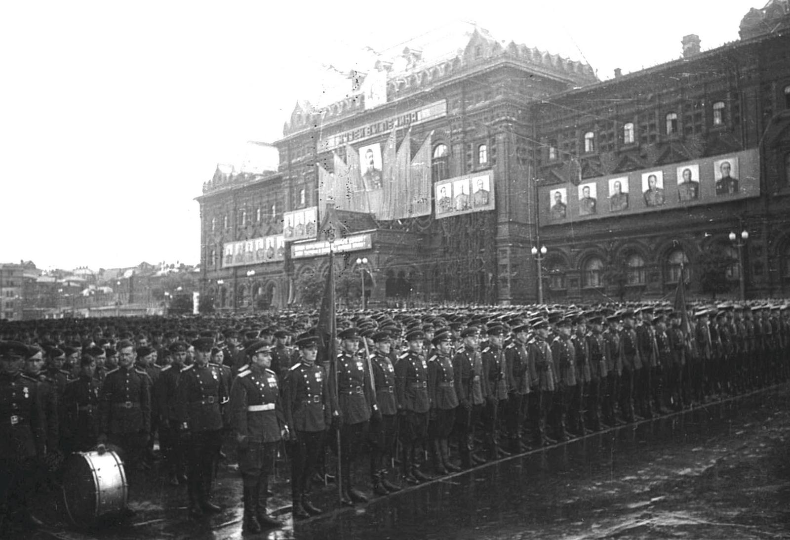 Участники Парада Победы. Фотограф А. В. Устинов 24 июня 1945 г.