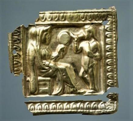 Бляшка с изображением женщины на табурете и стоящего с ритоном скифа. около 350 г. до н.э.