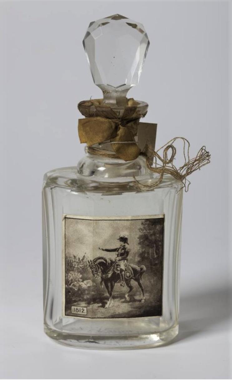 Флакон парфюмерный с притертой пробкой с наклейкой, изображающей императора Наполеона I на коне
