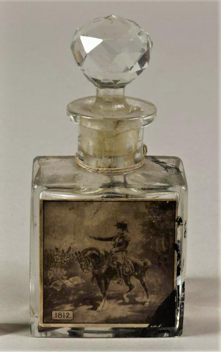 Флаконы парфюмерные с притертой пробкой с наклейкой, изображающей императора Наполеона I на коне Франция, 1912 г.