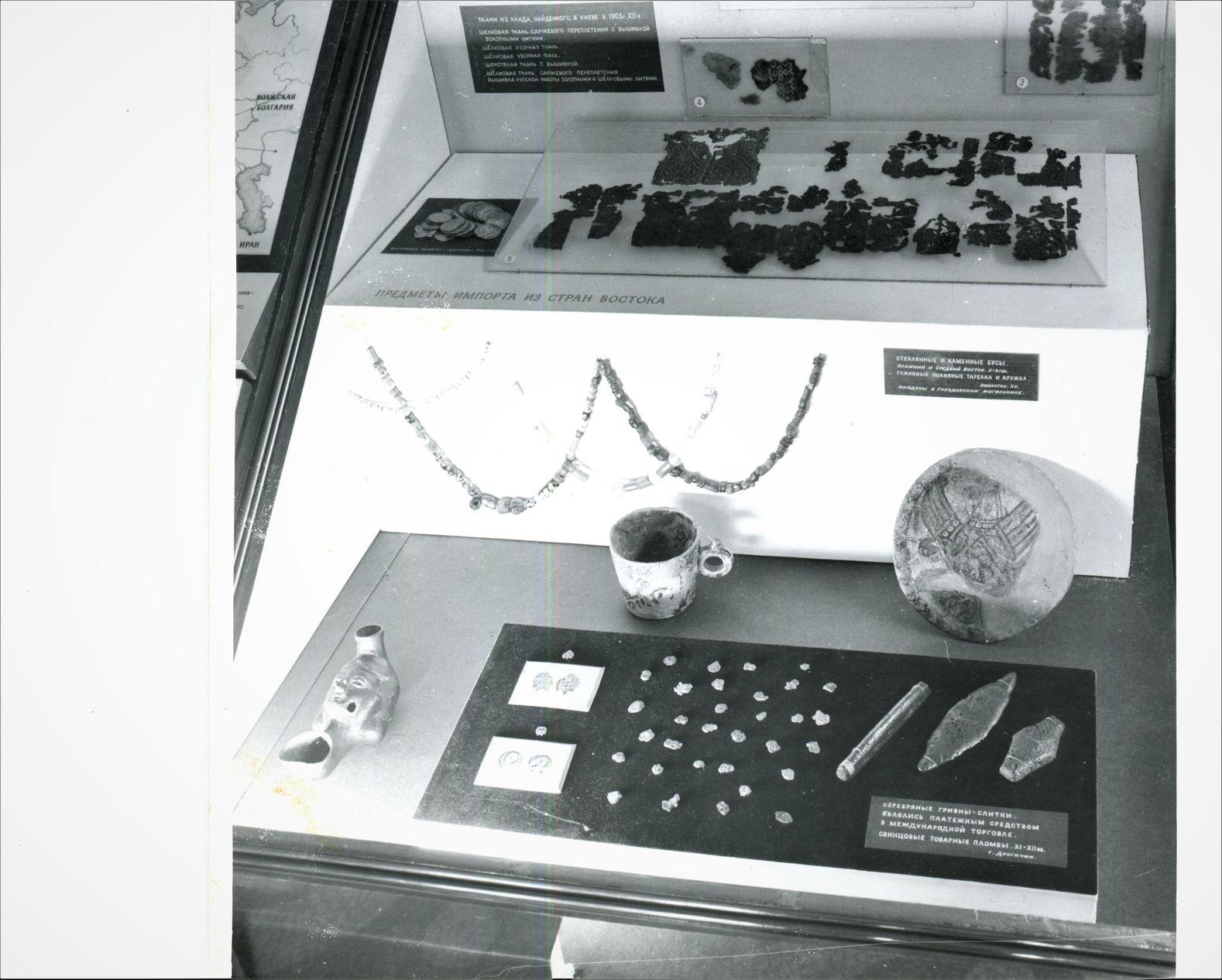 Фото послевоенной экспозиции витрины