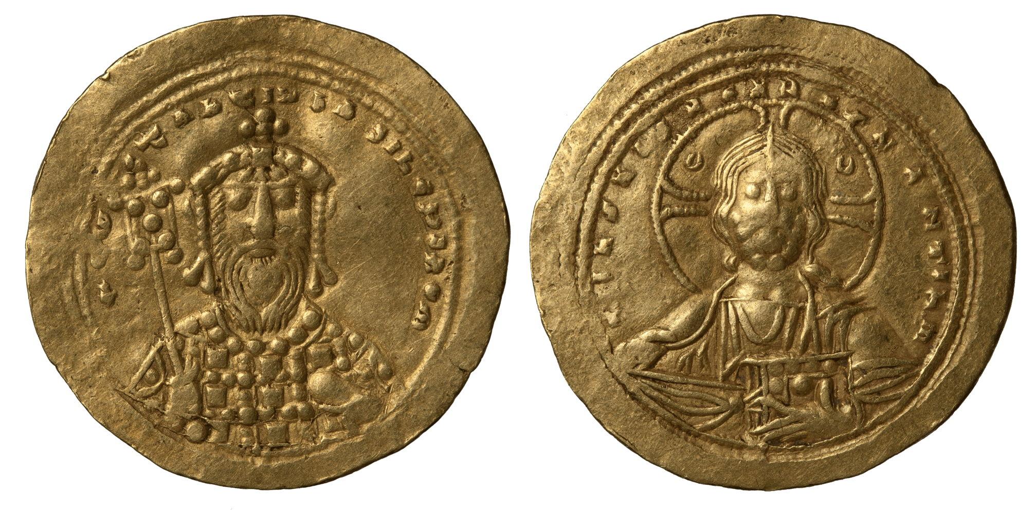 Византия. Константин VIII (1025–1028). Гистаменон. На головном уборе императора, изображённого на лицевой стороне, хорошо различимы пендилии, прикреплённые к венцу по обе стороны.