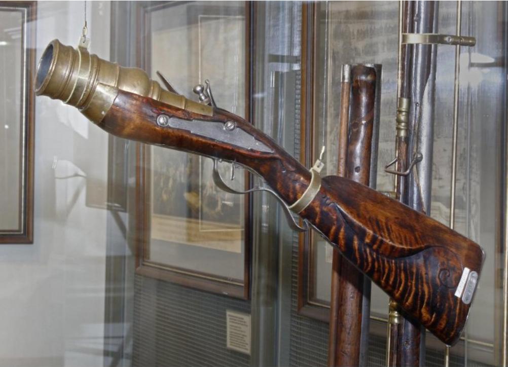 Мортирка ручная кремневая Россия. Первая четверть XVIII в. Бронза, железо, дерево; литье, резьба