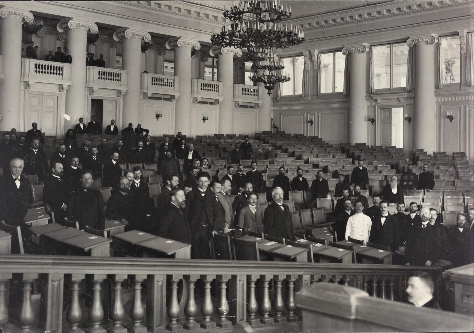 Депутаты выбирают места в зале заседаний накануне открытия I Государственной Думы. 25 апреля 1906 г. Фотограф К.К. Булла.