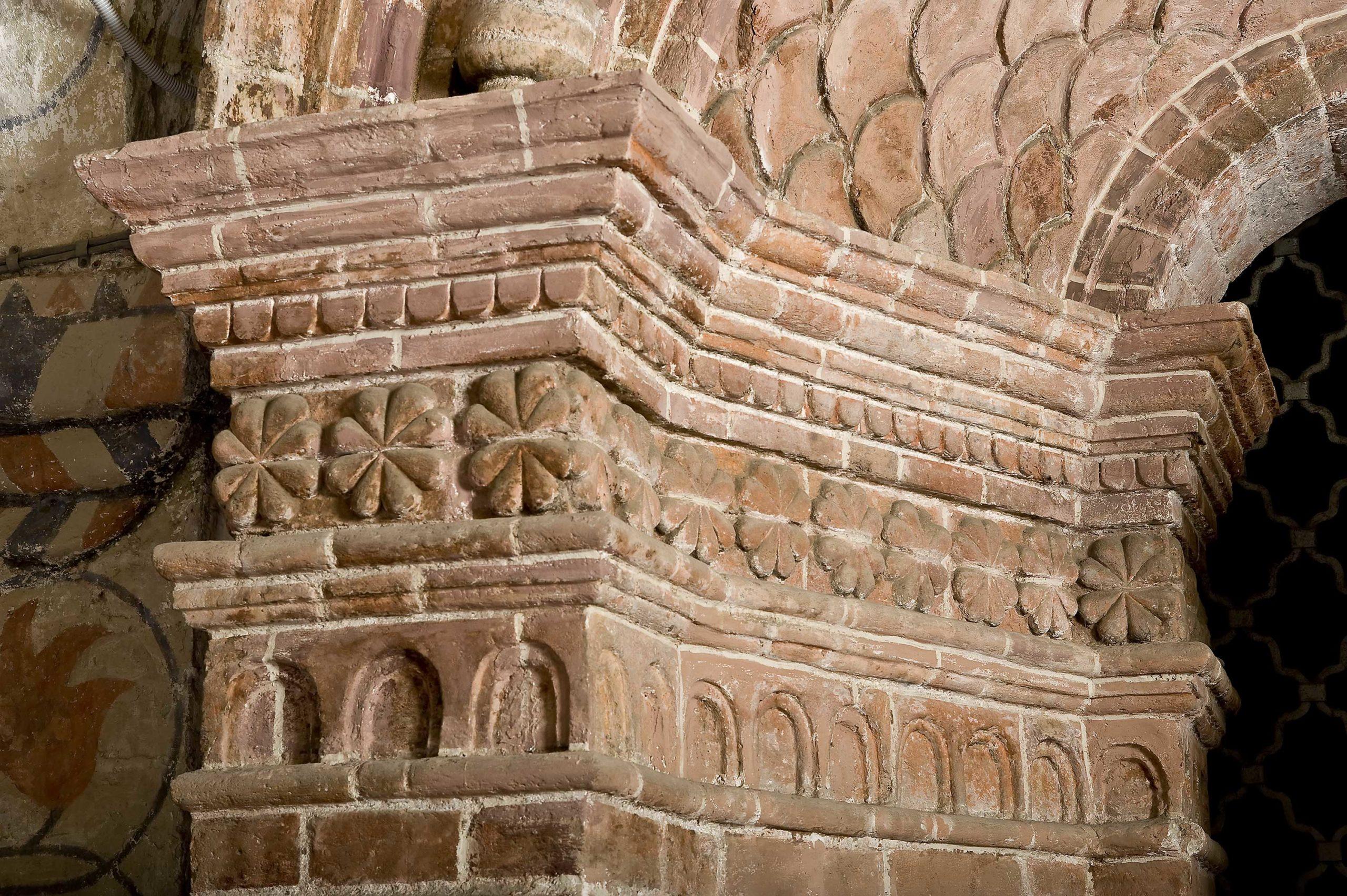 Лекальные кирпичи южного портала центральной церкви