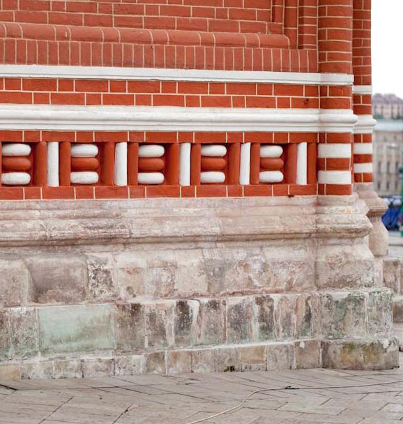 Белокаменный цоколь Покровского собора