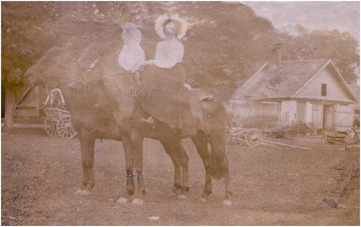 Дамы на прогулке верхом. 1904 г. Фото из личной коллекции автора.
