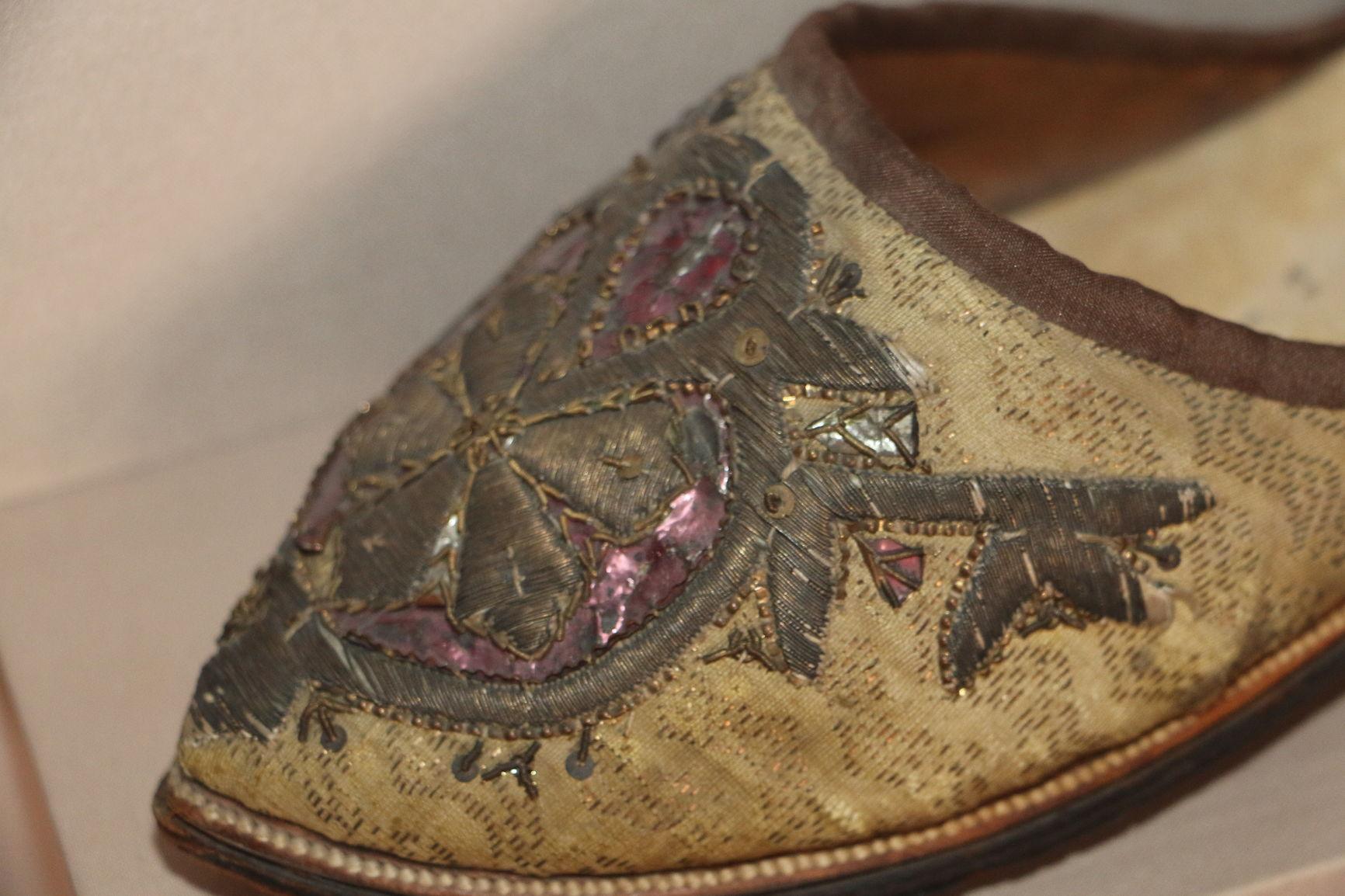 Золотная вышивка «в прикреп» на мыске туфли