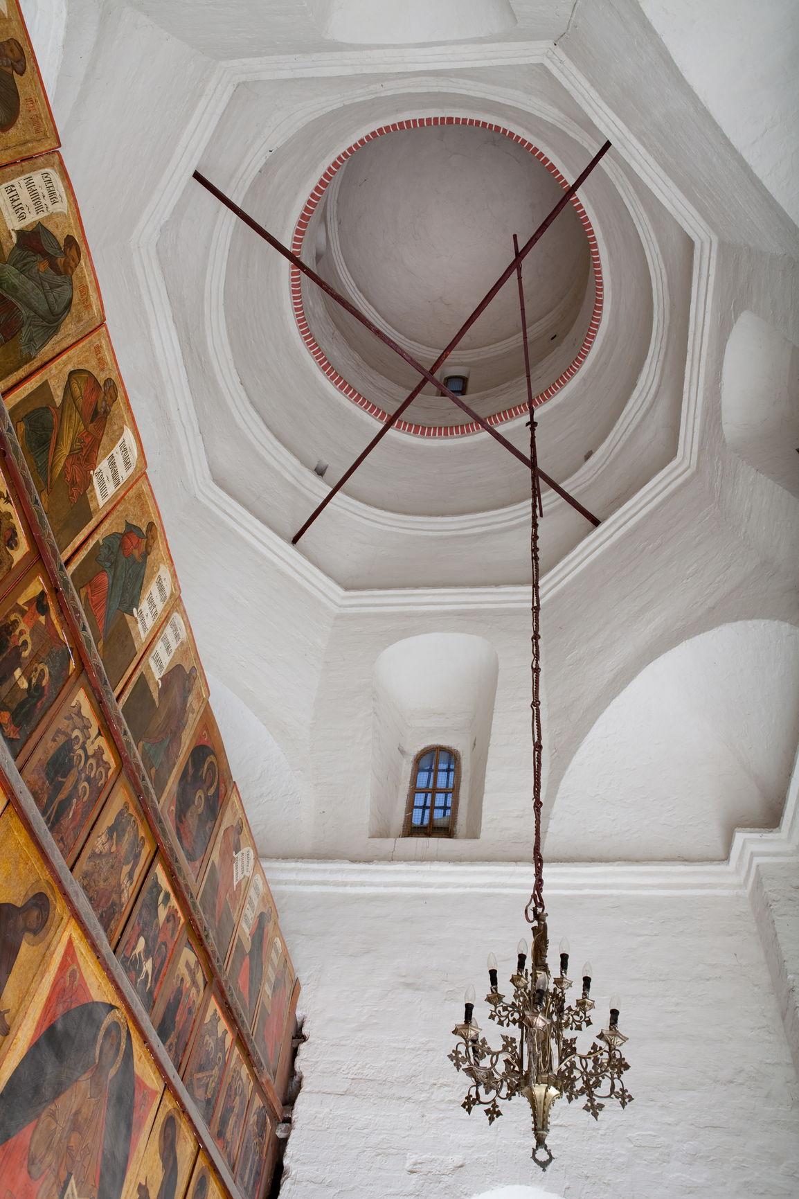 Интерьер церкви Варлаама Хутынского