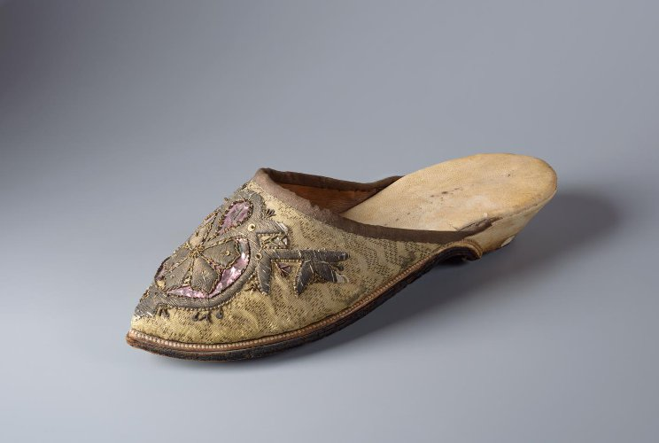 Туфля, шёлк с золотными нитями, канитель, блестки, фольга, кожа, вышивка. Россия, XVIII в.