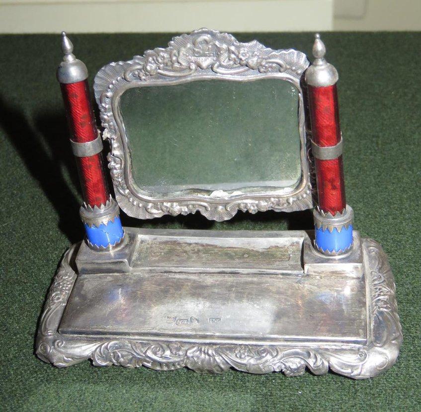 Туалет (зеркало на подставке) игрушечный. Россия, 1847 г. Размер: 6,8 х 8,7 х 4,5 см. Серебро, стекло, гипс, бумага, штамповка.