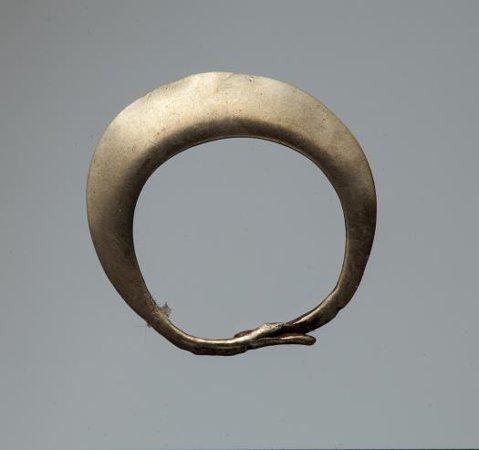 Кольцевидная подвеска в виде змеи. Середина III тыс. до н.э. Могильник Ергени, Приозёрный район, Республика Калмыкия.
