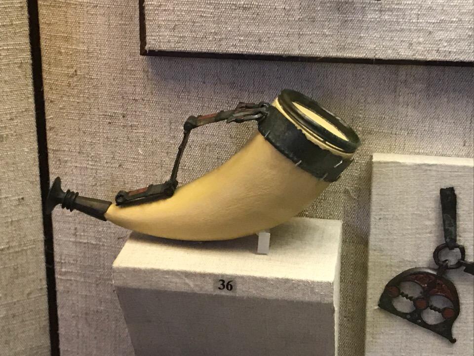 Реконструированный питьевой рог из Брянского клада в экспозиции 7 зала
