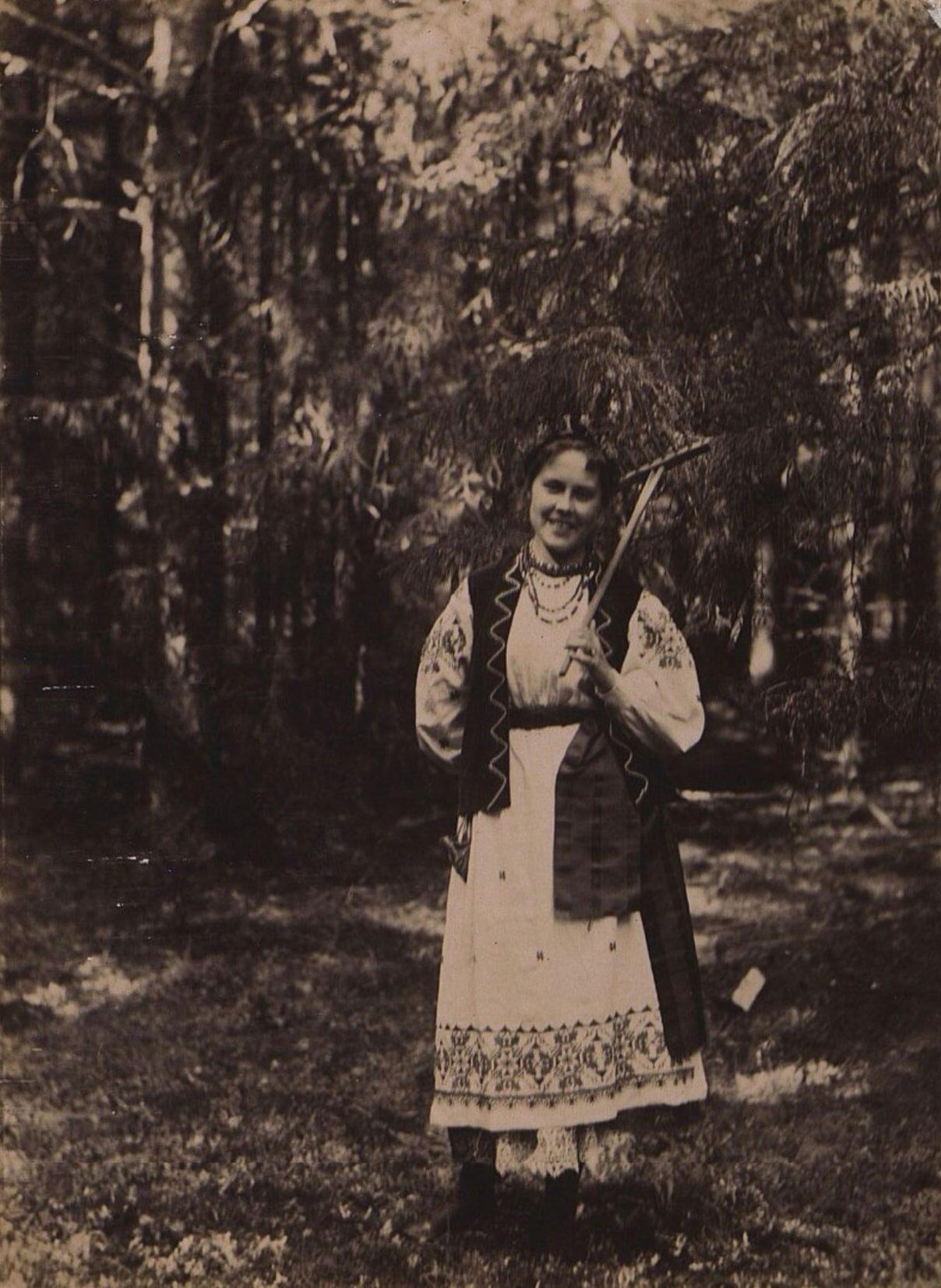Неизвестная с граблями в лесу. 1896 г.
