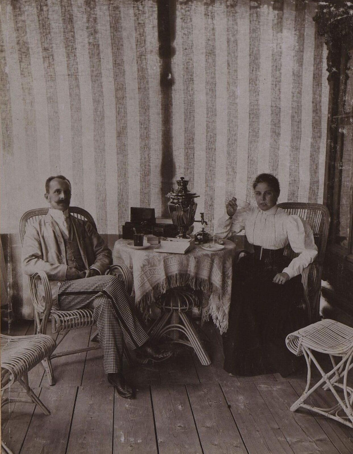 Двое неизвестных в комнате. 1896 г.