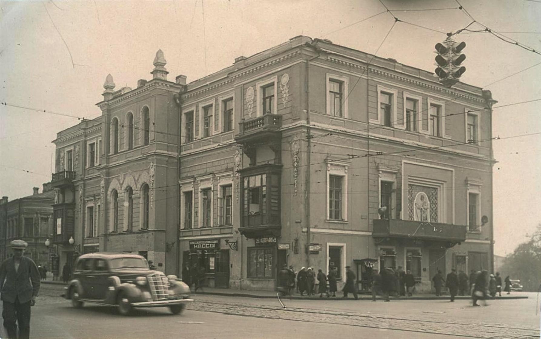 Фотография. г. Москва, ул. Б. Никитская, д.23: клуб Красной Армии (к/т Повторного фильма), где в 1918г. выступал В.И. Ленин.