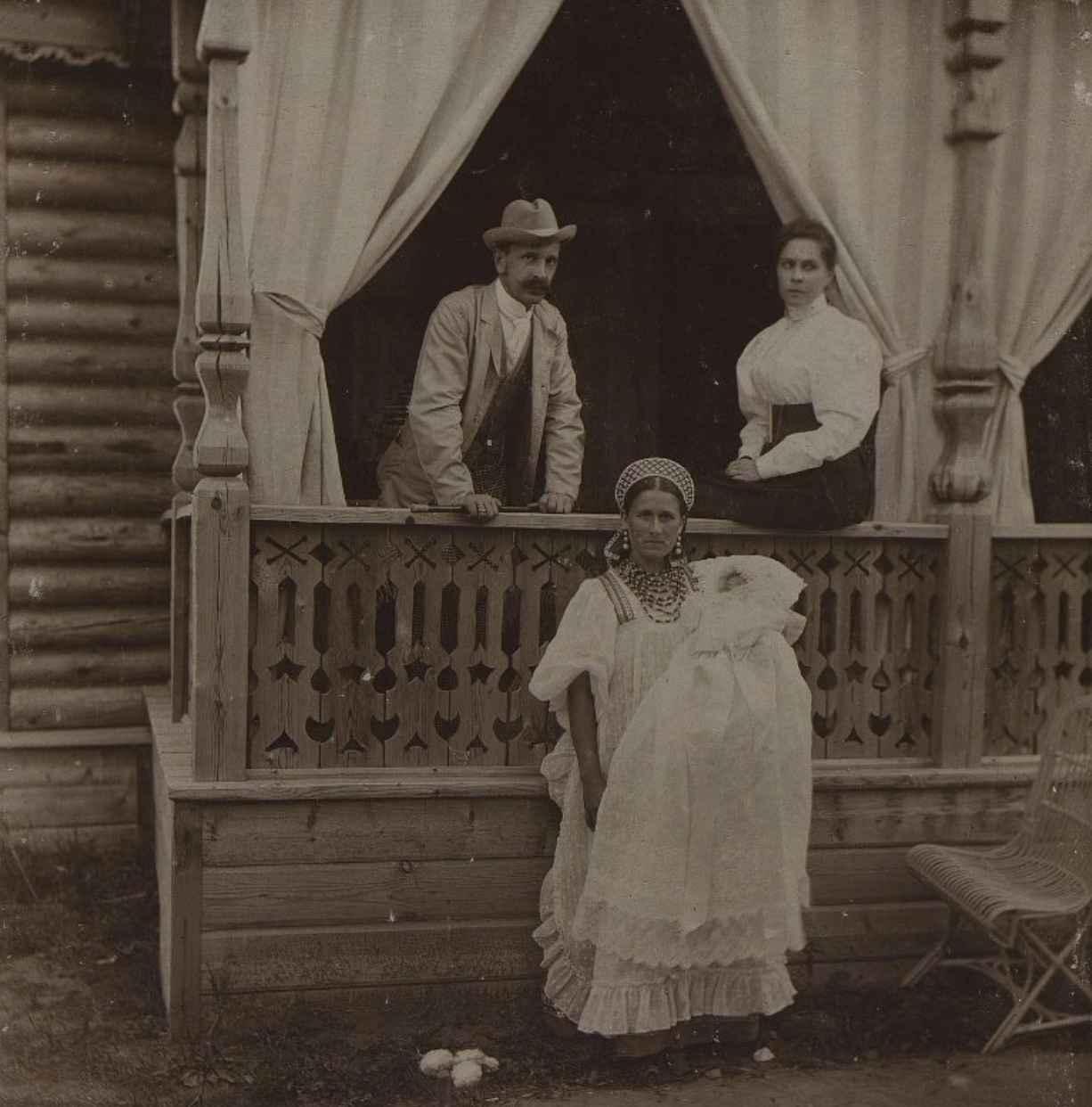 Неизвестные на крыльце здания. 1896 г.