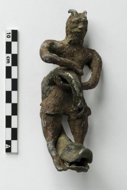 Свинцовое изображение козлоногого рогатого Пана, держащего хвост дельфина, голова которого находится между ног Пана. Новое время