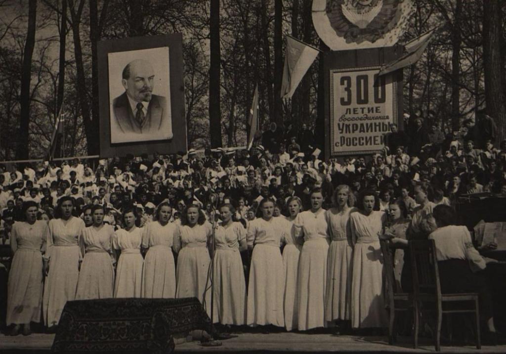 Праздник песни, посвящённый 300-летию воссоединения Украины с Россией. Выступление женской группы самодеятельного хора. Пересъёмка 1950-х гг. Бумага, фото глянцевое