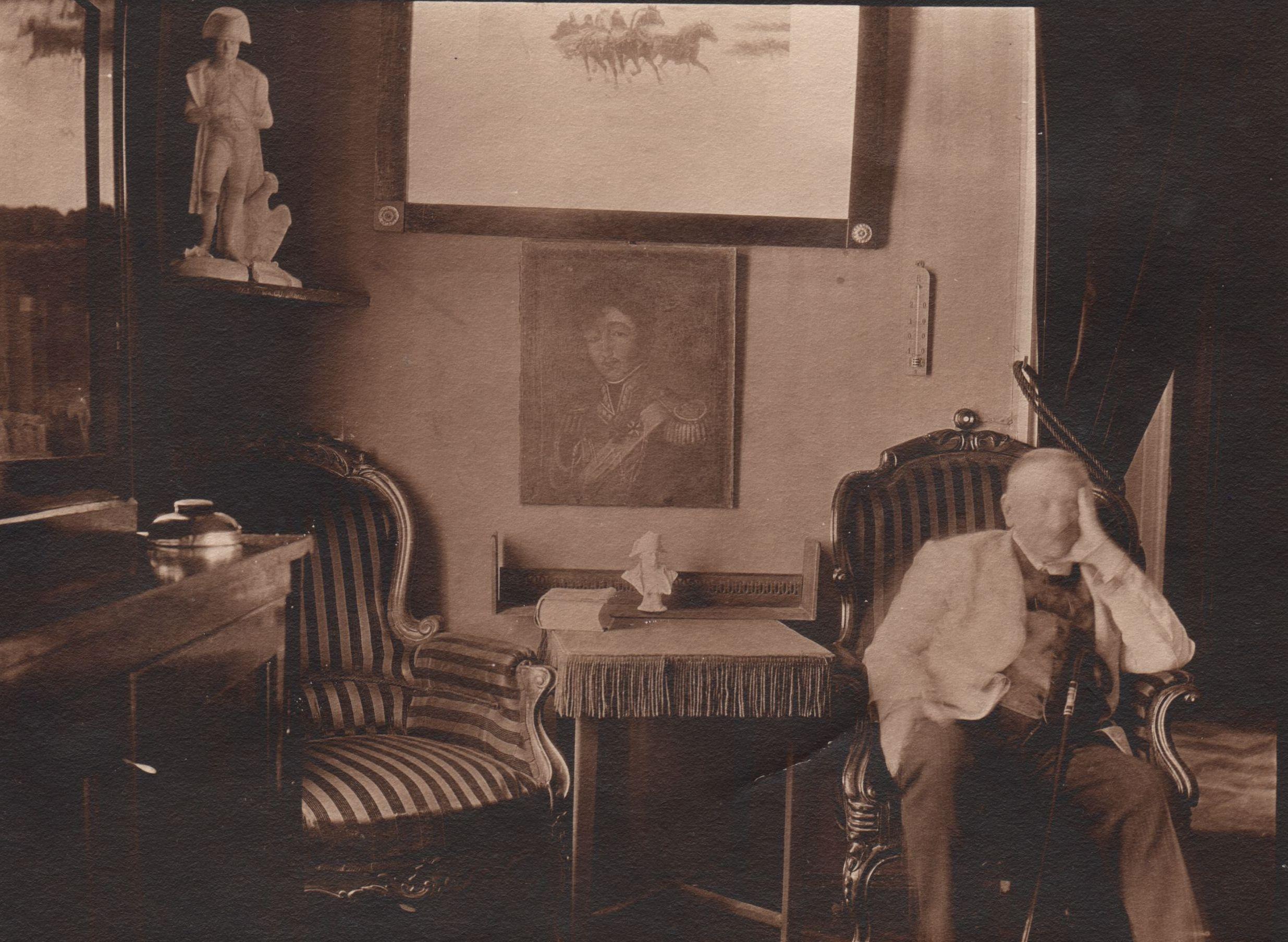 Портрет Ивана Хрисанфовича Колодеева в интерьере усадебного дома в Новоборисове. 1912 (?) ГАРФ. Публикуется впервые