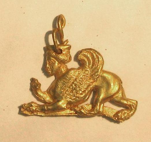 Подвеска фигурная плоско– выпуклая в виде сфинкса. IV– III вв. до н.э.