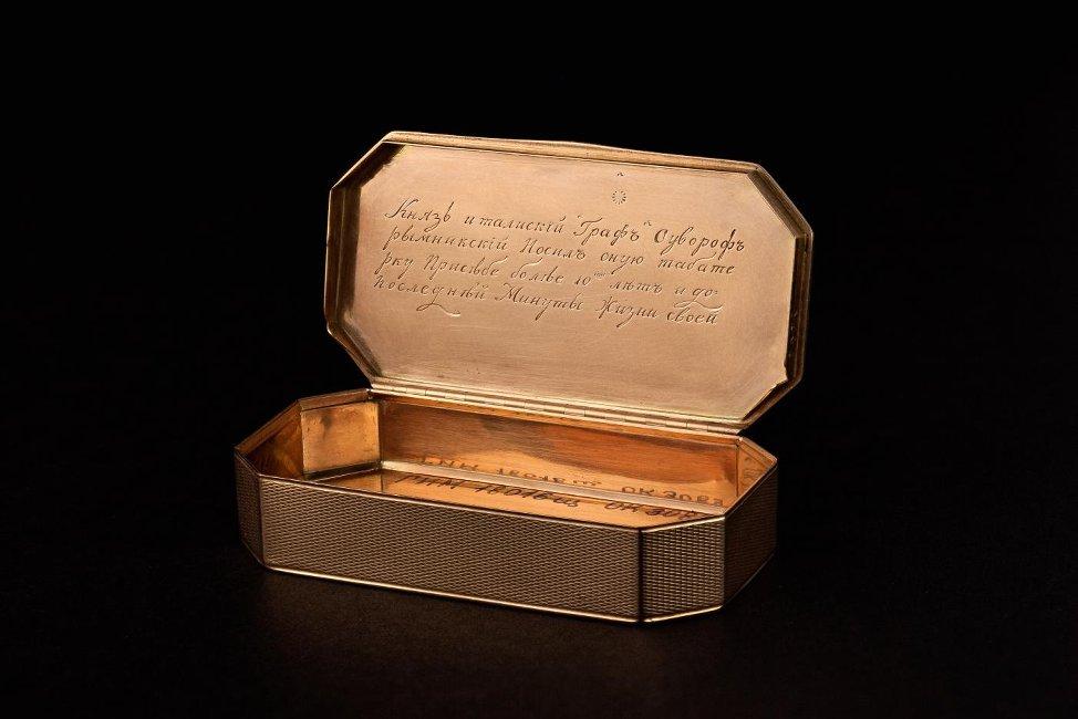 Табакерка. Западная Европа, Швейцария (?) Вторая половина XVIII в. Золото, недрагоценный металл, гильошировка, гравировка.