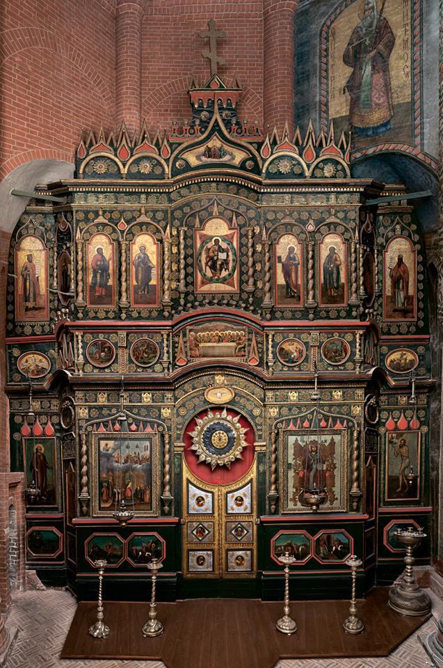 Каркасный иконостас в центральной церкви храма