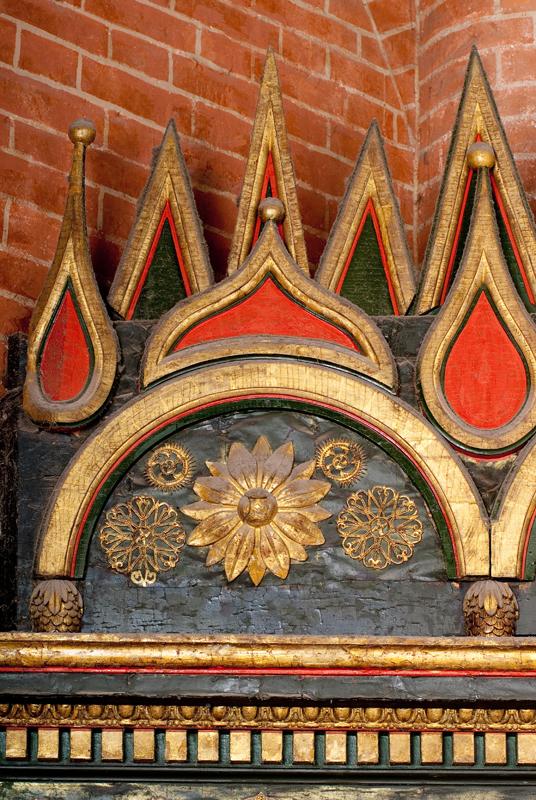 Фрагмент декора иконостаса в центральной церкви храма
