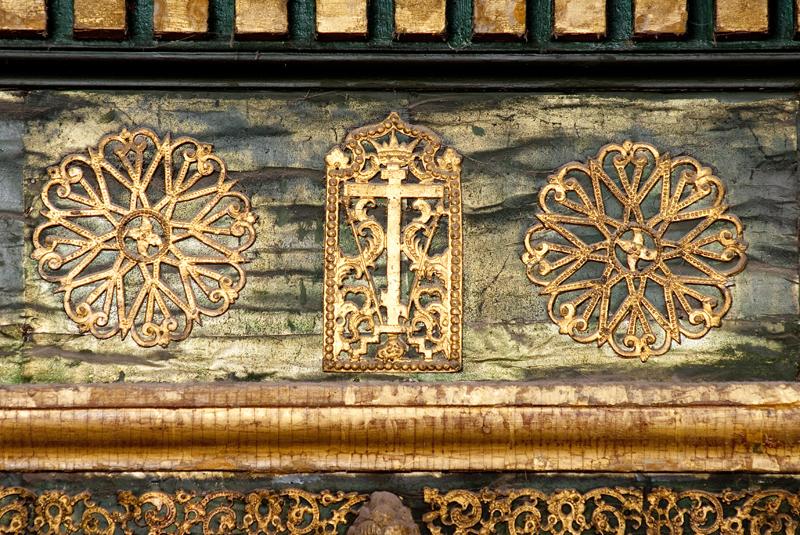 Оловянные накладки на иконостасе в центральной церкви храма